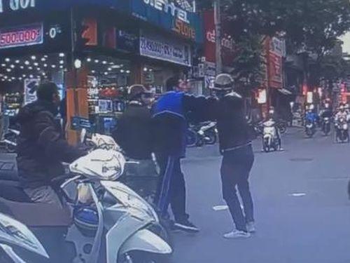 Hai người đàn ông lao vào đánh nhau giữa phố sau va chạm giao thông