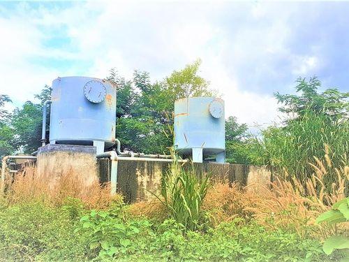 Đồng ruộng khát khô bên công trình cấp nước bỏ hoang