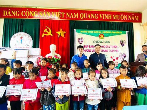 Trao quà cho trường, học sinh tỉnh Quảng Trị với tổng trị giá 500 triệu đồng
