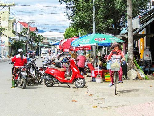 Lấn chiếm lòng, lề đường để họp chợ