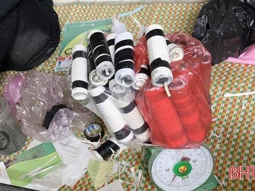 Bắt quả tang nam sinh trường nghề ở Hà Tĩnh chế pháo nổ trong ký túc xá