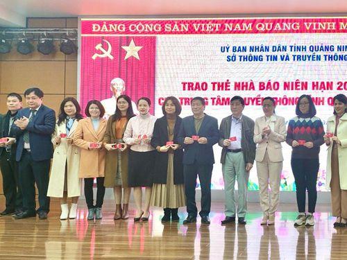 Trao thẻ nhà báo kỳ hạn 2021-2025 cho cán bộ, phóng viên, biên tập viên Trung tâm Truyền thông tỉnh