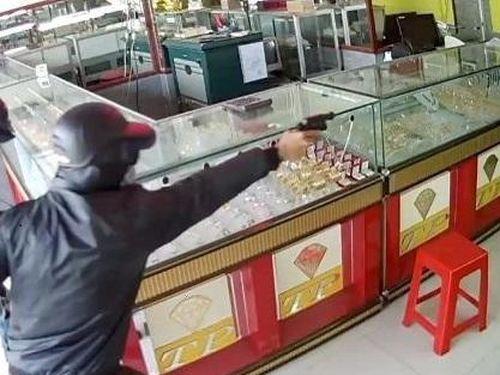 Đe dọa chủ hiệu vàng, cướp trang sức trị giá khoảng 100 triệu đồng