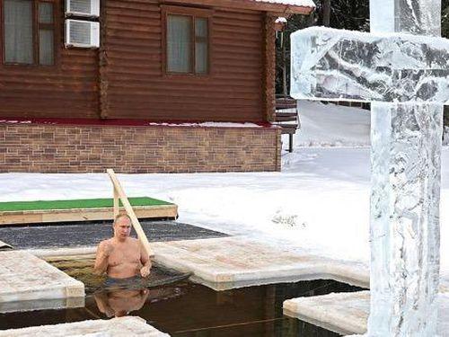 Tổng thống Putin ngâm mình xuống hồ nước lạnh giá