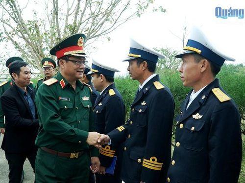 Đoàn công tác Quân khu 5 thăm, tặng quà tại đảo Lý Sơn