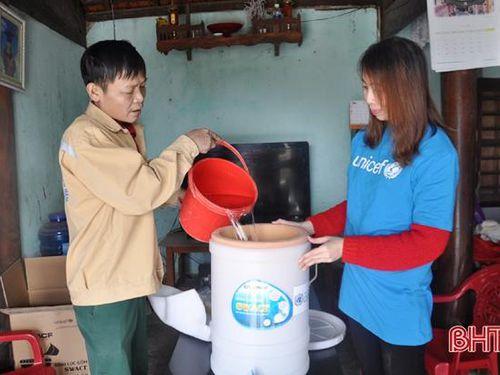 Nước sinh hoạt của người dân vùng lũ Hà Tĩnh sạch thêm nhờ quỹ UNICEF