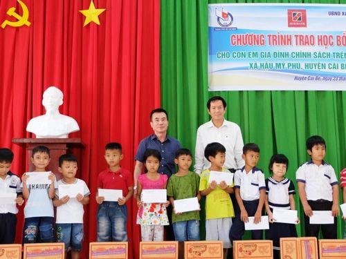 Hội Nhà báo TP.HCM trao 100 suất học bổng cho học sinh tại Tiền Giang