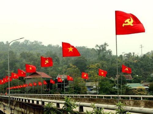 Đỏ thắm Quốc kỳ nơi miền rẻo cao xứ Nghệ