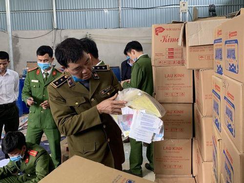 Thanh Hóa: Phát hiện cơ sở sản xuất nước giặt, nước tẩy rửa giả mạo D-nee, Javel