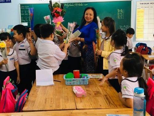 Đổi mới giáo dục bao năm nhưng thưởng Tết giáo viên vẫn 'mỡ nó rán nó'
