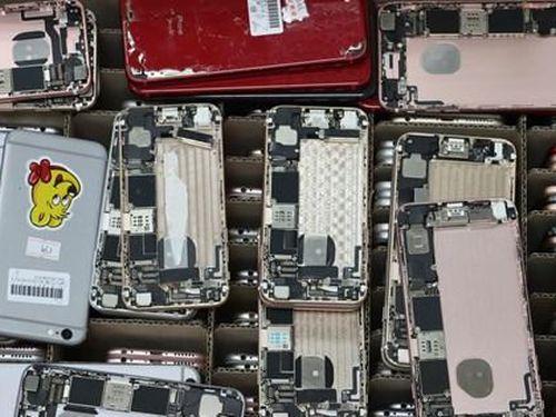 Phát hiện lượng lớn linh kiện điện thoại đã qua sử dụng nhập lâu qua sân bay Nội Bài