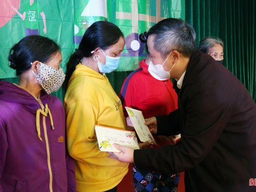 Chủ tịch UBND tỉnh Trần Tiến Hưng tặng quà tết cho bà con vùng thượng Kỳ Anh