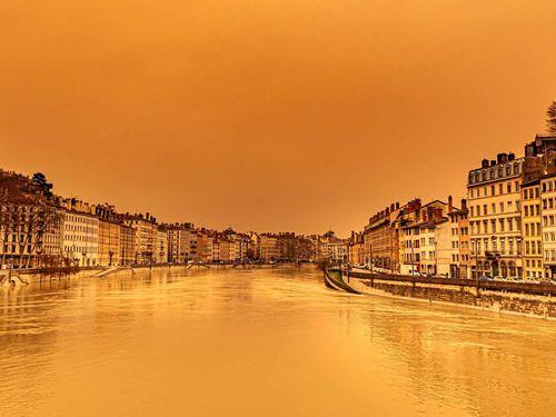 Bầu trời châu Âu chuyển màu 'như tận thế'