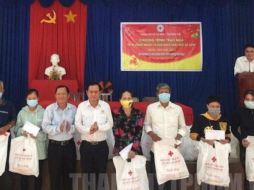 TP.HCM tặng quà Tết cho người dân tỉnh Bến Tre và Tây Ninh