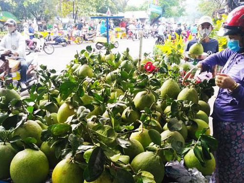 Thành phố Hồ Chí Minh: Nhiều mặt hàng Tết giảm giá