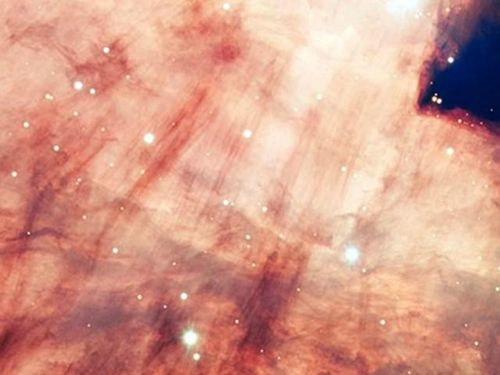 Vũ trụ đẹp kỳ lạ với lõi hồng khói trong Tinh vân Omega