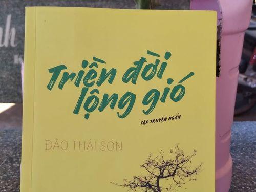 Tết đọc sách: 'Triền đời lộng gió' - nỗi ám ảnh bảng lảng khói sương
