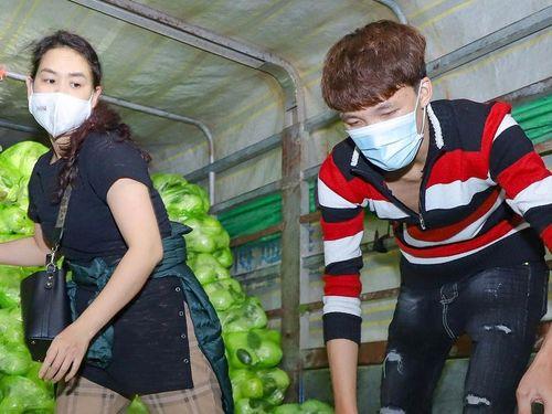 Nghệ sĩ Việt thức xuyên đêm bốc vác 20 tấn rau củ giúp Hải Dương