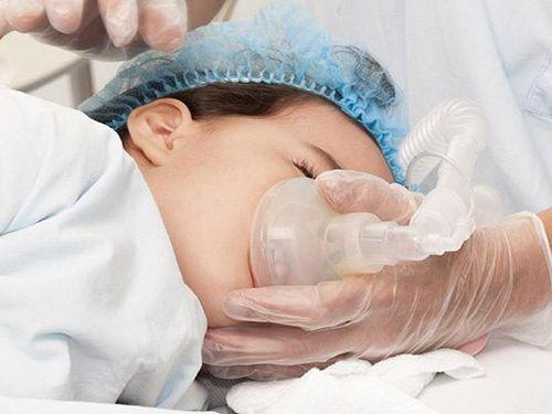 Bác sĩ phẫu thuật khối u trong bụng bé gái 1 ngày tuổi
