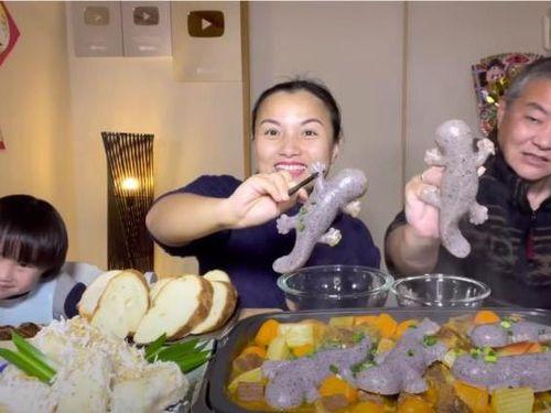 Cư dân mạng xỉu lên xỉu xuống xem gia đình Quỳnh Trần JP ăn 'kỳ nhông' nhúng lẩu