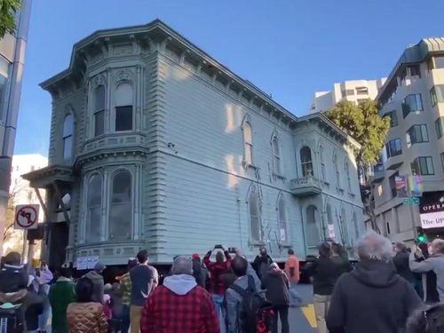 Căn nhà cổ 139 năm tuổi 'lăn bánh' tới nơi ở mới