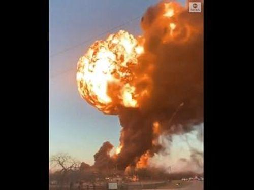 Xe tải húc tung tàu hỏa chở xăng ở Texas, Mỹ, cháy nổ kinh hoàng