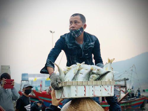 Vươn khơi đầu năm, ngư dân phấn khởi trúng đậm tôm, cá