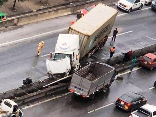 Xe đầu kéo đâm xe tải rồi nằm vắt ngang trên đường Vành đai 3