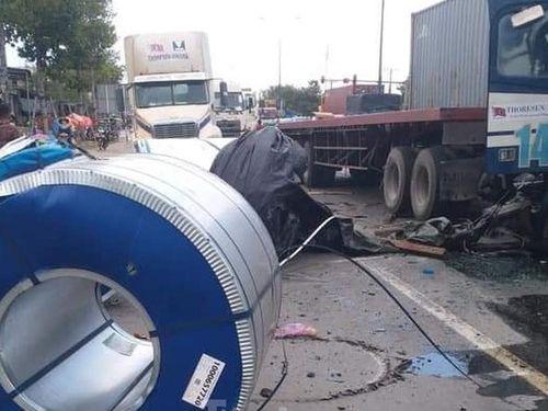 Container đang chạy, 3 cuộn thép nặng hàng chục tấn lao xuống đường