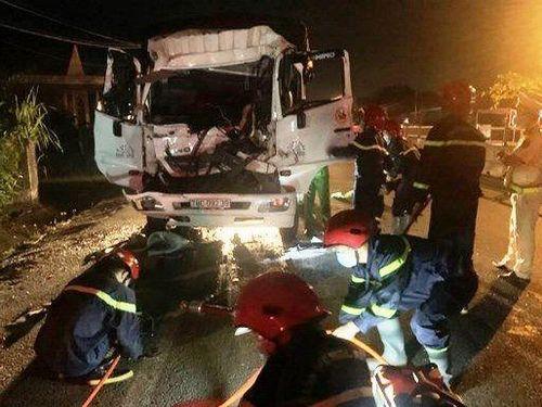 Hai xe tải va chạm, 3 người thương vong