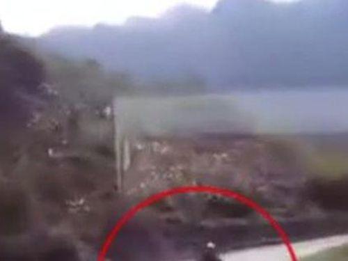 Thanh niên chạy xe máy tốc độ cao đâm trực diện ô tô tải trên đường đèo, khoảnh khắc vụ tai nạn khiến ai nấy rụng rời