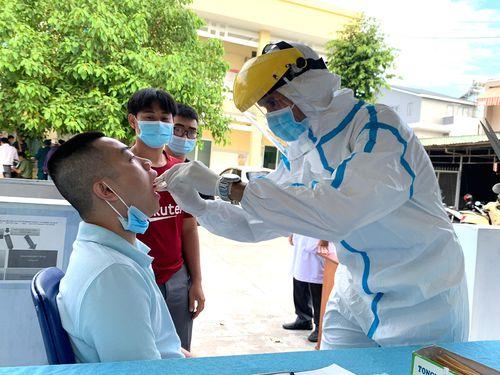 Lấy mẫu xét nghiệm SARS-CoV-2 cho thanh niên nhập ngũ