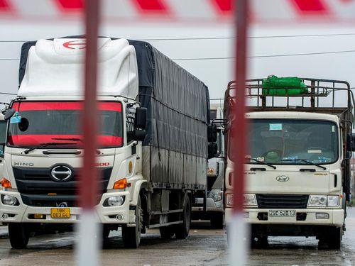 Phong tỏa quốc lộ 18, xe tải đi đường vòng để vào Quảng Ninh