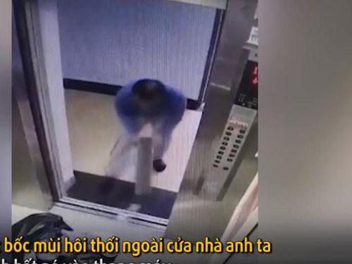 Hành động gây sốc của người đàn ông tại thang máy chung cư