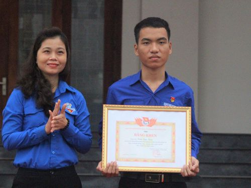 Quảng Nam tặng Bằng khen cho chàng trai dũng cảm lao xuống biển cứu 3 học sinh
