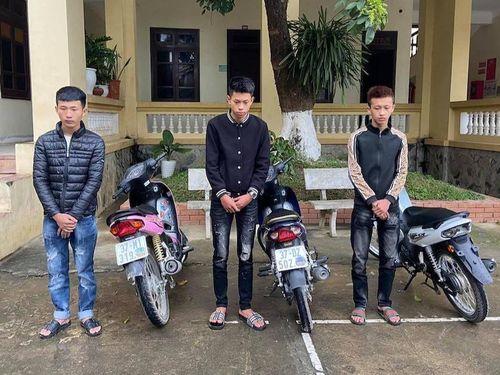 Nhóm thanh niên đi xe máy bốc đầu để quay đăng trên Tiktok