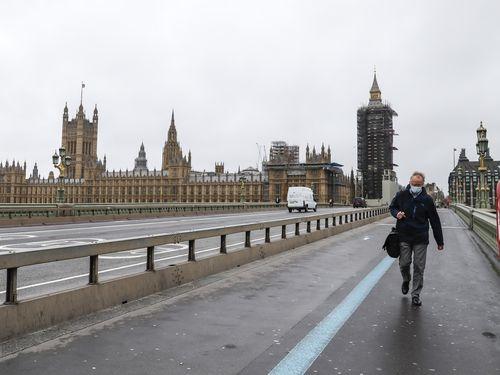 Dịch COVID-19: Tỷ lệ lây nhiễm tại Anh giảm 2/3 so với vào tháng 1