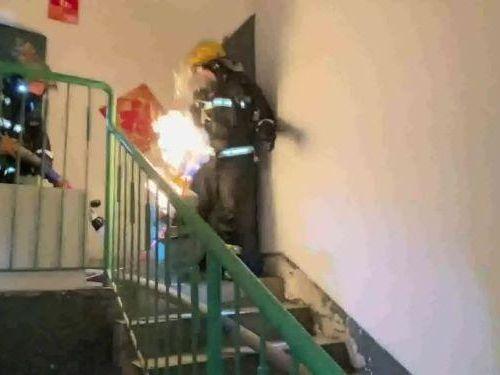 Video lính cứu hỏa cầm bình gas bốc cháy, chạy khỏi khu chung cư