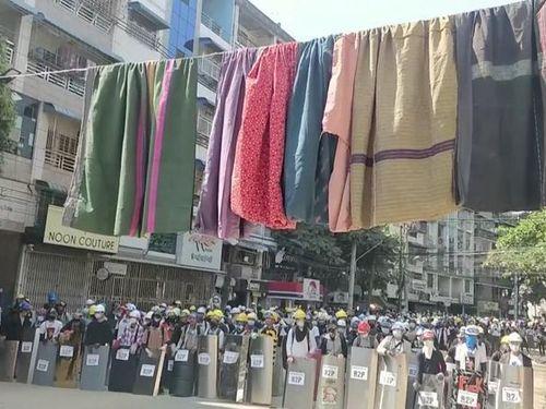 Người biểu tình Myanmar dùng quần áo phụ nữ để cản bước cảnh sát