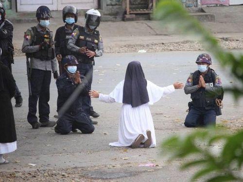 Bức ảnh bất ngờ trong biểu tình Myanmar: Cảnh sát quỳ gối