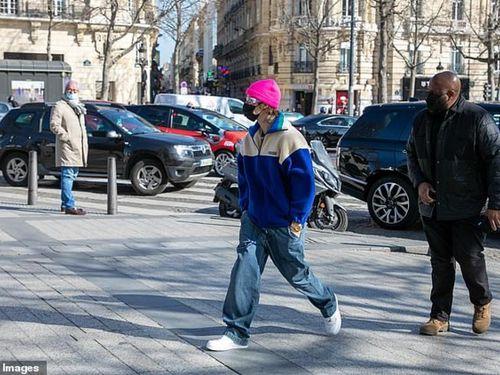Justin Bieber vừa đi dạo vừa nghe nhạc trên đường phố Paris