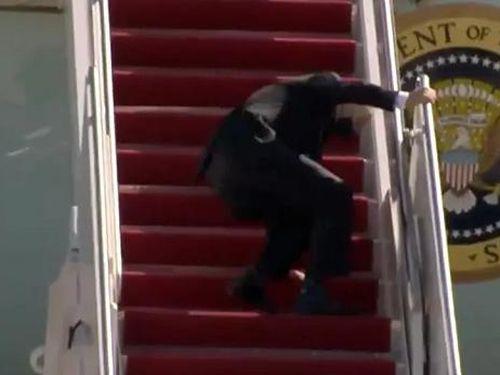 TT Joe Biden vấp ngã khi lên máy bay Không lực một, Nhà trắng nói gì?