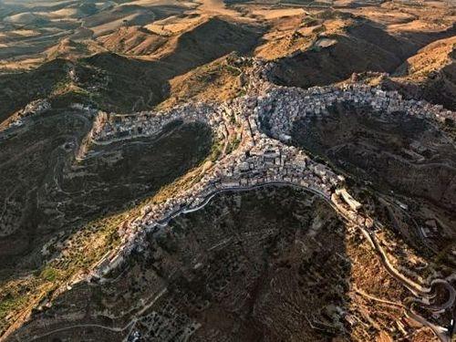Ngôi làng nằm trên đỉnh núi có hình dáng con người đầy kỳ lạ