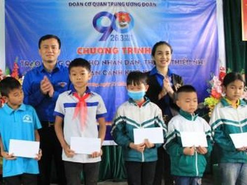 Người nghèo Tuyên Quang xúc động nhận quà của đoàn tình nguyện Trung ương Đoàn