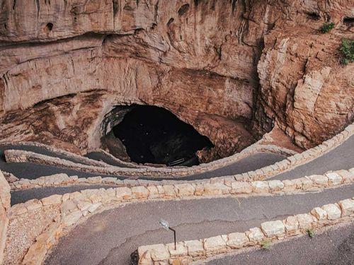 Con đường dốc dẫn xuống hang động ở Mỹ
