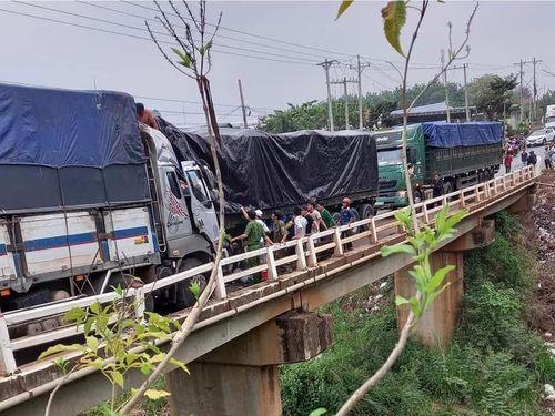 Qua cầu hẹp không nhường đường, hai ô tô tông nhau nát đầu