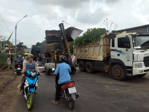 Bình Phước: Xe container tông xe tải, khu vực cầu Đakia kẹt xe nghiêm trọng