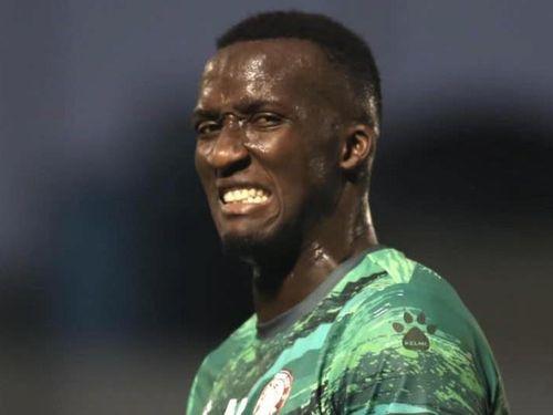 HLV đội TP.HCM giải thích việc loại trung vệ người Senegal