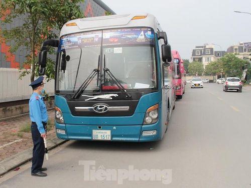 Di chuyển xe khách dán kín quảng cáo, xóa bãi xe lậu ở Linh Đàm