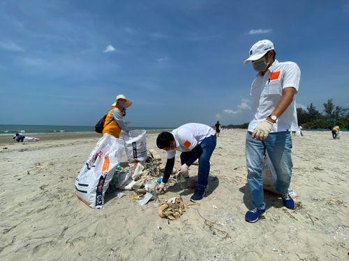 130 bạn trẻ thu gom rác tại bãi biển Long Hải (huyện Long Điền)